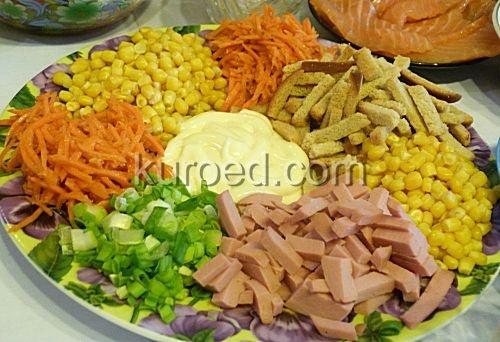 Салат с корейской морковью огурцами и колбасой рецепт с фото — 4